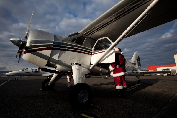 Santa checks out the de Havilland Beaver prior to departure. (Photo by Jeremy Dwyer-Lindgren)