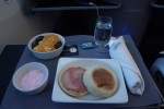 Business First breakfast aboard United 787 inaugural flight. (Photo by Chris Sloan-Airchive.com)