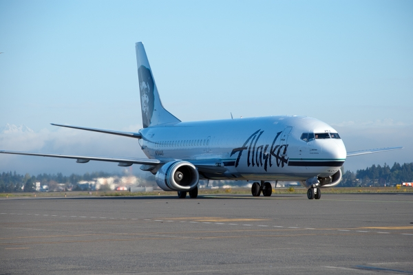 Alaska Airlines Cargo 737-400 Combi arriving full of fish. (Photo by Tad Carlson)