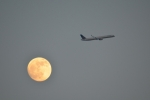 Gorgeous United 757 passing the moon. (Photo by Woz)