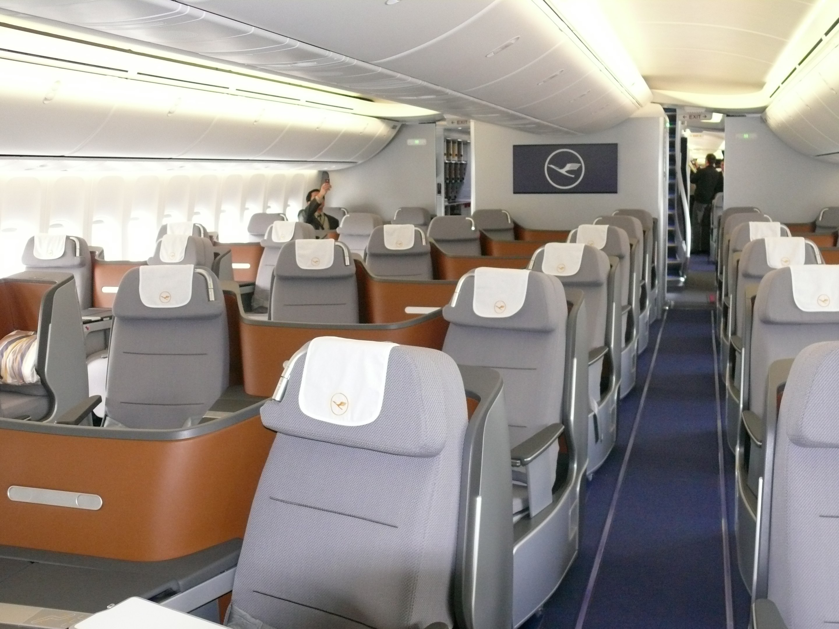 First class on pinterest for Boeing 747 8 interieur