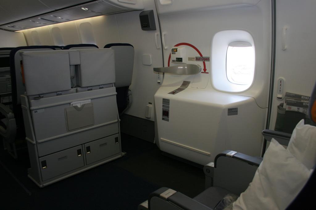 Big plane has big emergency doors. (Photo by Stephen Shrank/NYCAviation) & Photos: Lufthansa Boeing 747-8I Arrives In Los Angeles ...