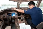 Adjusting the auto-pilot. (Photo by Liem Bahneman/NYCAviation)