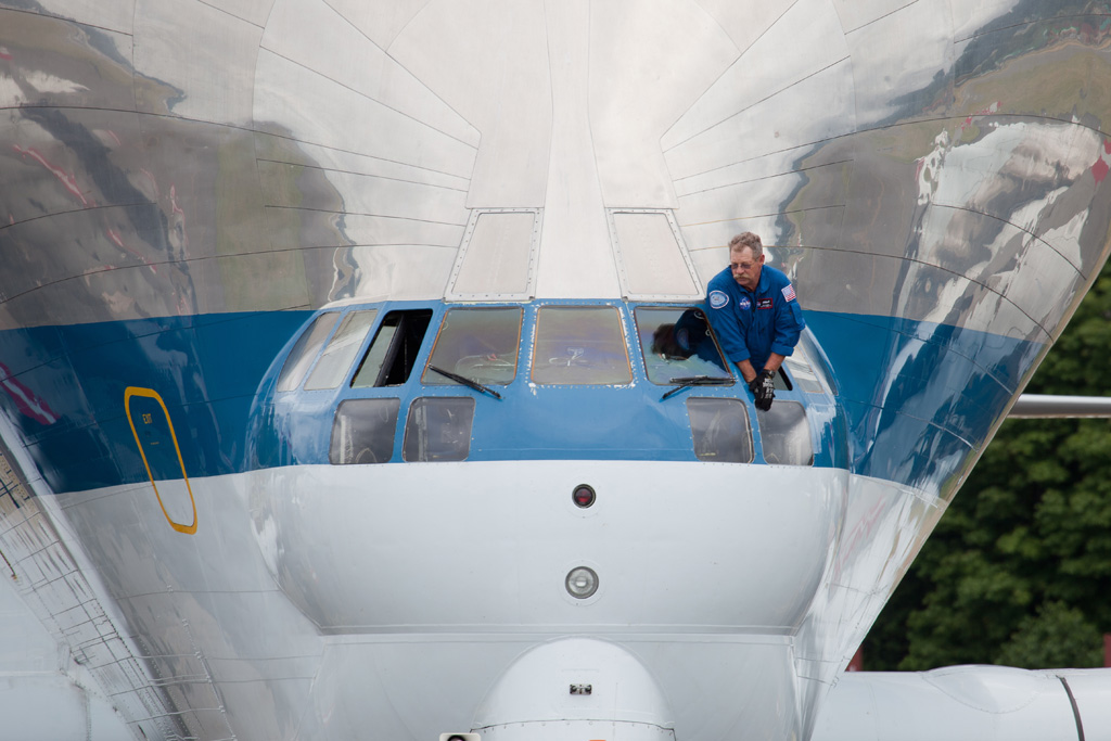 NASA pilot peeks out Super Guppy's windshield. (Photo by Liem Bahneman/NYCAviation)