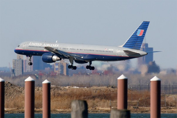 A United Airlines 757 (N507UA) seen here completing the Expressway Visual 31 approach. (Photograph by Matt Molnar)