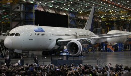 President Barack Obama speaks in front of a Boeing 787 assembly line. (Photo by Jeremy Dwyer-Lindgren/NYCAviation)