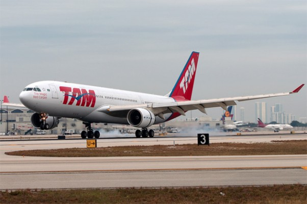 TAM Brasil Airbus A330-200 (PT-MVB) touches down in Miami