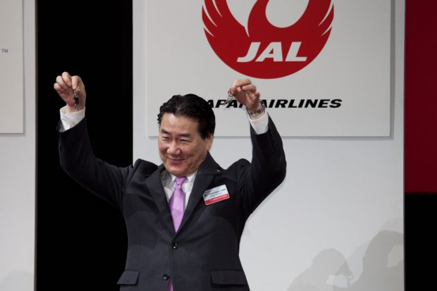 Japan Airlines President Yoshiharu Ueki raises the keys to his airline's first two Boeing 787 Dreamliners. Photo by Liem Bahneman