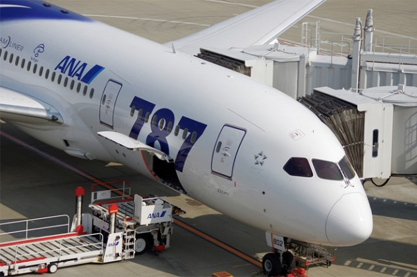 An ANA Boeing 787-8 Dreamliner at the gate at Tokyo-Haneda Airport. (Photo by Inaba Tomoaki, CC BY-SA)