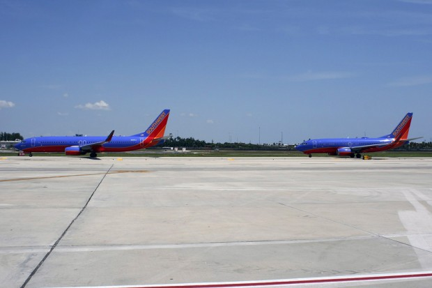 Size comparison between Southwest's 737-800 (left) and 737-700 (right). (Photo by Matt Molnar/NYCAviation)