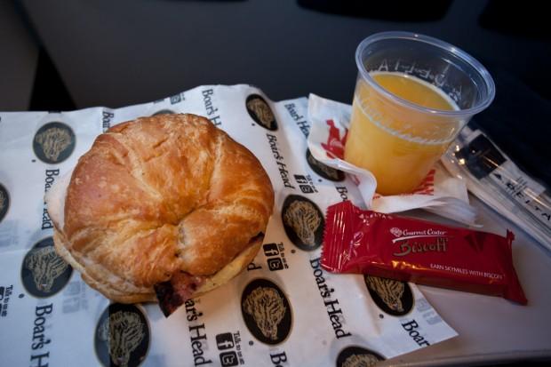Breakfast in Delta Economy Comfort. (Photo by Jeremy Dwyer-Lindgren)