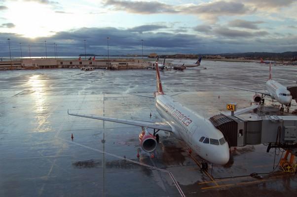 Virgin America jet sits on a rainy tarmac at SFO.