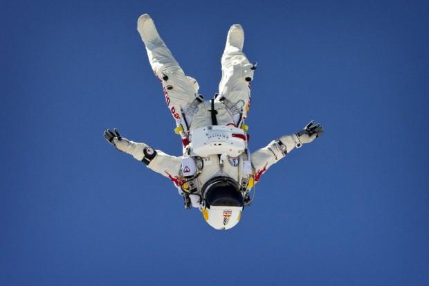 live video felix baumgartner red bull stratos skydive