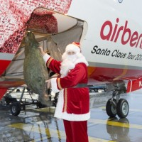 "Santa loads a tree onto Air Berlin's ""Santa Claus Tour 2012"" Boeing 737. (Photo by Air Berlin)"