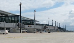 Vacant jetways line the main pier of Berlin Brandenburg Airport. (Photo by Muns via wikimedia, CC-BY)