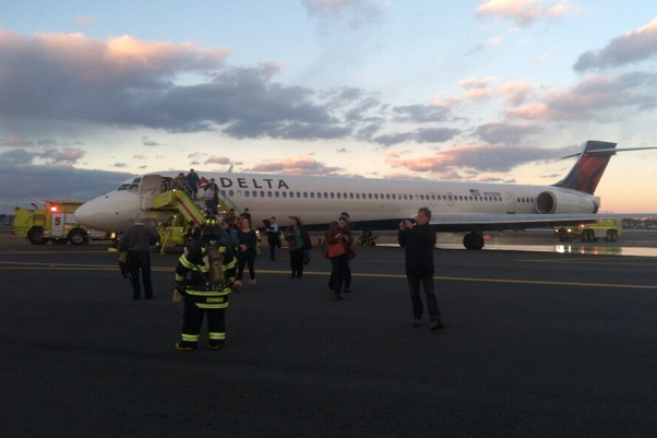 Delta MD-90 sits on taxiway after evacuated passengers. (Photo courtesy http://www.kevindavisphotos.com/)