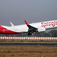 A SpiceJet Boeing 737-900ER (VT-SGD) seen taking off. (Photo by Nisarg Vyas via wikimedia)