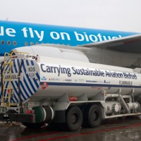 A thirsty Boeing 777 takes on some biofuel before a marathon across the Atlantic Ocean. #LATFH