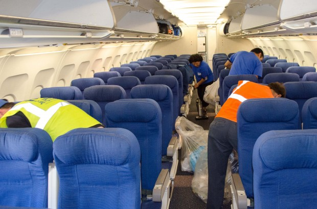 JetStream employees clean the United A319 as quickly as they can.