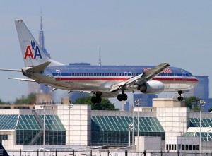 An American Airlines 737-800 lands at LGA (Photo: Phil Derner)