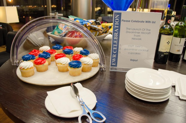 Celebrate the 787 with cupcakes!