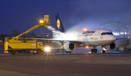 A Lufthansa A-319 gets de-iced. Photo: Wikimedia Commons/Aleksandr Martin