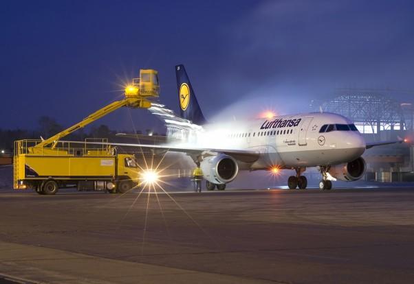 A Lufthansa A-319 gets de-iced. Photo: Wikimedia Commons/Aleksandr Martin