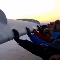 Screenshot: Russian passengers push plane that was frozen to the ground