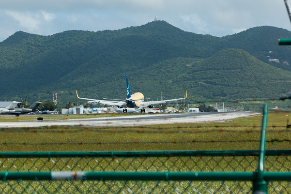 A 737 abeam the PAPI at SXM. Photo by Ben Granucci, NYCAviation